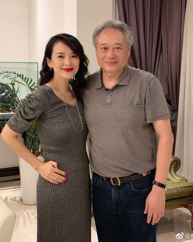 章子怡與恩師李安齊聚合照。(取材自微博)