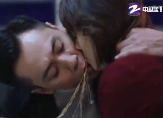 劉燁和馬伊琍的「麵條之吻」引來批評。(取材自微博)