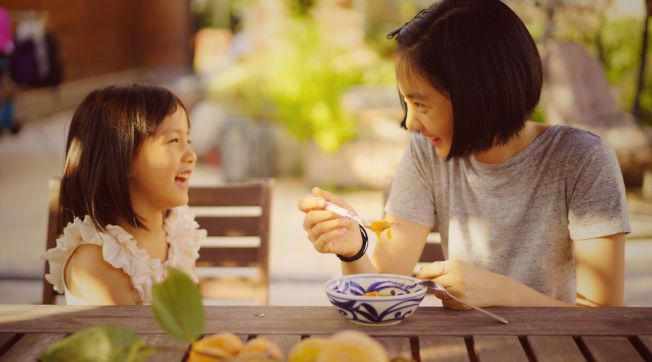 黃磊的女兒多多(右)剪去金髮、染回黑髮。(取材自微博)