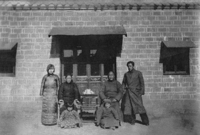 三歲的張作錦依於父親膝下,七姊依於母親膝下,兩旁立者為哥哥和嫂嫂。這是張作錦唯一一張和父母合影的照片。