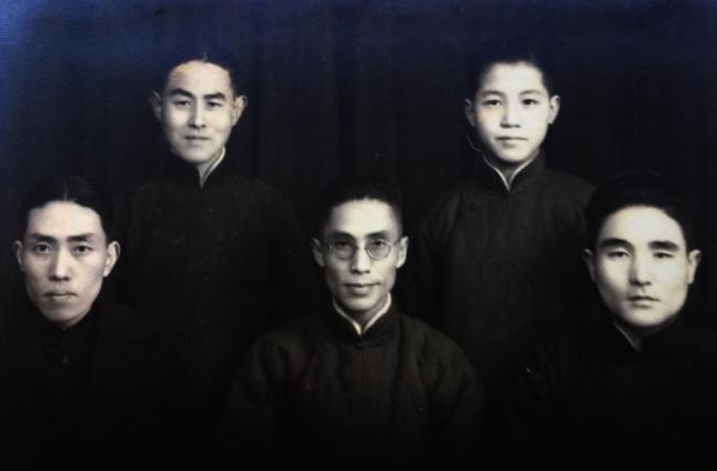 作者父親和三位表兄弟。前排左起:父親、父親的大表兄、父親的二表兄。後排左:父親的表弟。