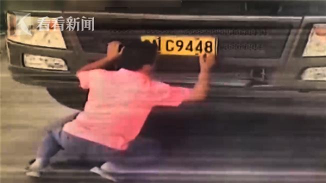 貨車司機使用墨汁和毛筆塗改車牌號碼,被罰款人民幣200元、扣12分。(視頻截圖)