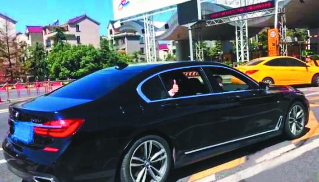 吳先生上車後對現場的高速交警豎起了大拇指。(取材自中新網)