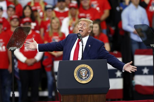 川普到明尼蘇達州競選造勢,砲火猛烈攻擊前副總統白登。(Getty Images)