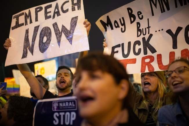 川普到明尼蘇達州造勢,示威者在場外舉牌要求「立刻彈劾」川普。(Getty Images)