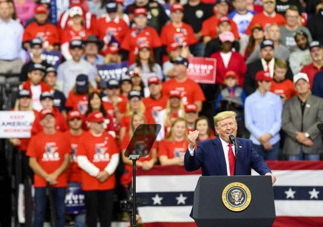 川普為擺脫彈劾案的陰影,到明尼蘇達州競選造勢,圖為支持者在會場穿著紅色T-恤。(Getty Images)