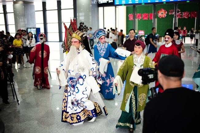 梅汕鐵路11日開通運營,圖為廣東漢劇演員在候車大廳快閃演出。(中通社)