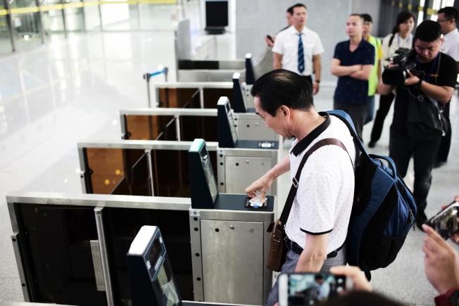 梅汕鐵路開通運營儀式11日在廣東梅州西站舉行,電子客票同步實施。(中通社)