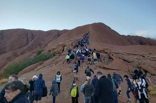 澳洲遊客在烏魯魯禁爬令生效前搶著攀登,形成一條長長人龍,蔚為奇觀。圖╱GettyImages