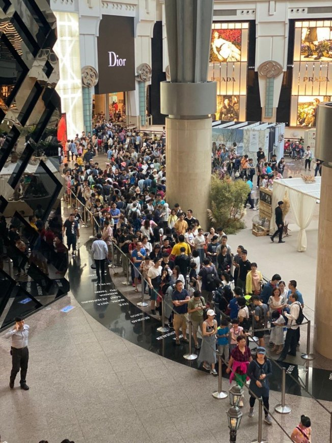 台北101觀景台推出國人專屬101元史上最優惠早鳥價,國慶連假前往人潮絡繹不絕,打破過去單日國人造訪紀錄。圖/台北101提供