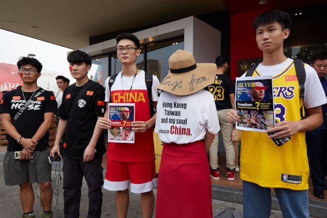 NBA中國賽第二戰,場外有數位球迷進行抗議,衣服上寫著「香港、台灣及我的靈魂,都屬於中國」。(Getty Images)