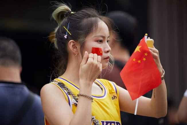 場中球迷用國旗展現自己的愛國心。(Getty Images)