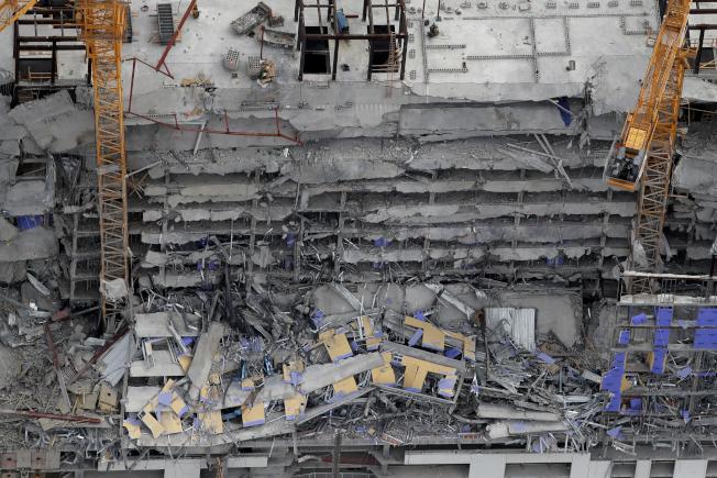紐奧良市中心一棟興建中飯店大樓,頂端的6至8層今天早上坍塌,造成1死和至少18傷,另有3人失蹤。(美聯社)