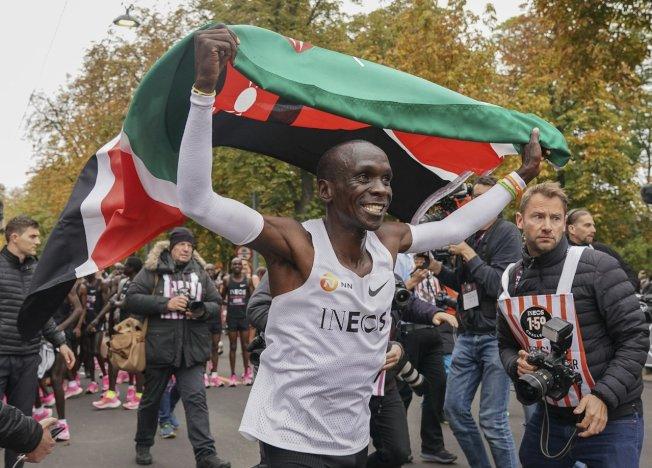 肯亞的基普喬格(Eliud Kipchoge)暌違兩年再度進行了Breaking2馬拉松跑進兩小時的速度挑戰,最終他以1小時59分40秒通過終點線。 美聯社
