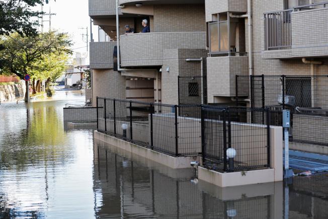 強烈颱風哈吉貝肆虐日本,川崎市住宅區淹水。路透