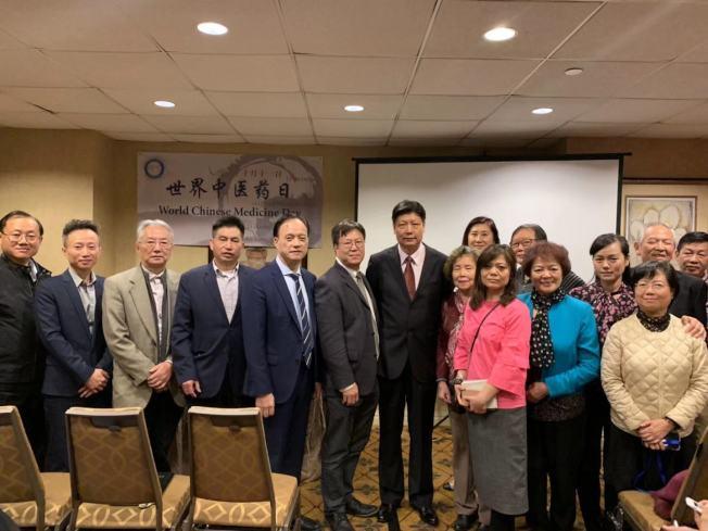 李旭輝(左六起)與楊金生表示,隨著類鴉片問題成癮逐漸嚴重,更多民眾青睞使用針灸治療。(記者牟蘭╱攝影)