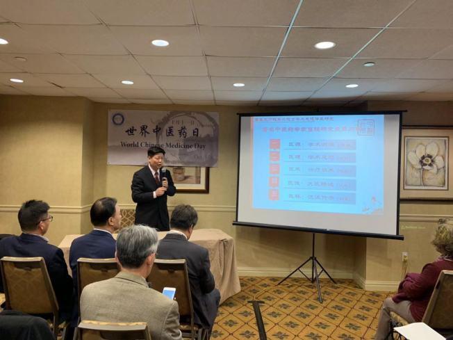 楊金生(立者)表示,中醫藥已「出海」183個國家或地區,64種疾病可採用針灸治療。