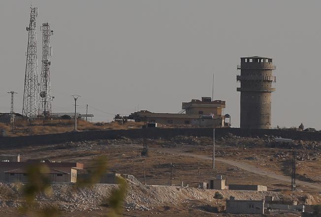 敘利亞境內尚未撤離的美軍11日晚間遭到來自土耳其陣地的砲火攻擊,美軍基地(圖左上)位在敘利亞科巴尼附近的一座山丘上。美聯社