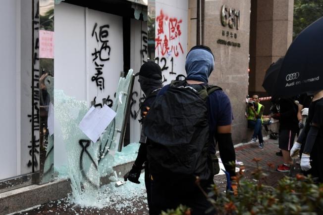 示威者于长沙湾道贸易广场富临酒家门口涂鸦及破坏,酒家大门玻璃被打碎散落一地。(中通社)