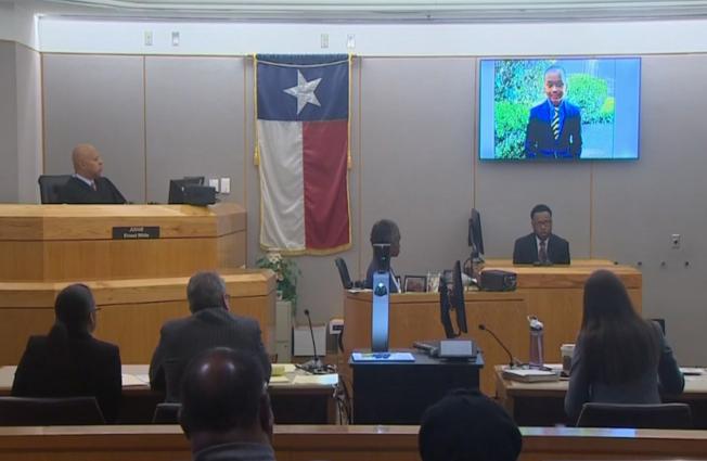 男童的父親萊恩(後右一)在法庭屏幕展示的兒子照片下做證。(nbc5電視台截頻)