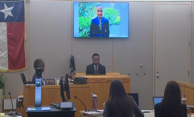 男童的父親萊恩(中)在法庭屏幕展示的兒子照片下做證。(nbc5電視台截頻)