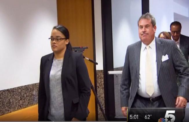 被控虐兒的德州婦女凱琳‧鮑文-瑞特(左)在律師陪同下出庭。(nbc5電視台截頻)