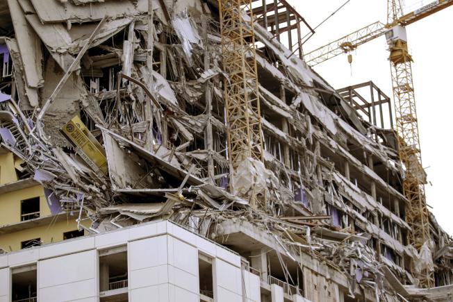 紐奧良市中心一棟興建中飯店大樓,頂端的6至8層12日早上坍塌,造成1死和至少18傷,另有3人失蹤。(美聯社)