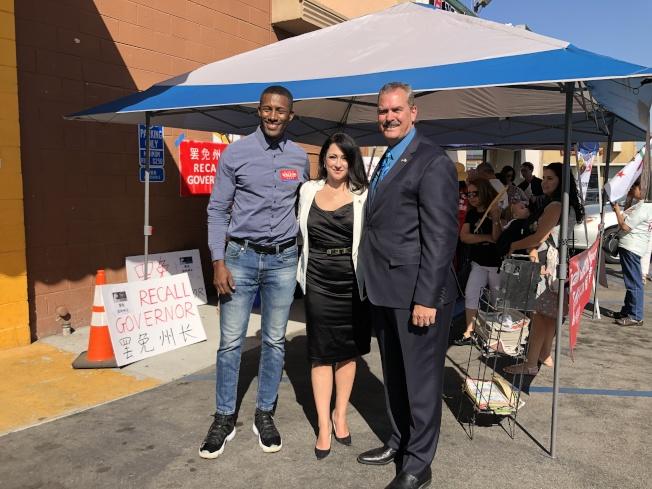 請願發起人是正在競選國會議員的Erin Cruz(中),而正在競選2020年巴沙迪那市長的Major Williams(左),以及挑戰周本立州眾議員職位的Burton Brink(右)也前來助陣。(記者李雪/攝影)