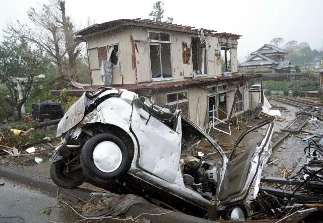 今年第19號颱風哈吉貝侵襲日本,上月甫遭法西颱風重創的千葉縣再度首當其衝,市原市12日甚至出現龍捲風,一戶民宅在強風暴雨中嚴重受損,前方有一輛變形的轎車。(美聯社)