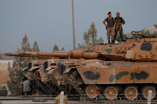德國和法國先後宣布停止出口武器給土耳其,以免被用來鎮壓在敘利亞的庫德族部隊。圖為土軍12日在土敘邊境。(路透)