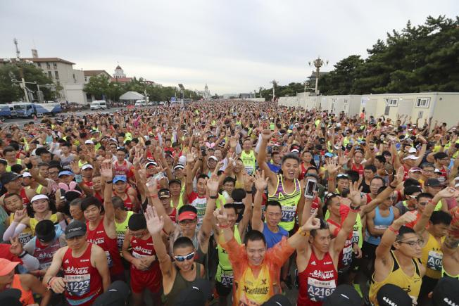 北京馬拉松被譽為「國馬」,是中國資歷最老的馬拉松賽。圖為2018北京馬拉松賽在天安門廣場開跑。(中新社資料照片)