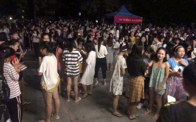 廣西玉林市北流市12日發生地震,臨近的陸川縣群眾到廣場避險。(取材自新京報)