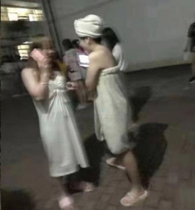 有女子裹著浴巾跑出來。(取材自微博)