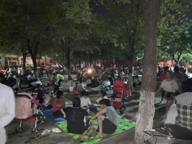 廣西玉林北流市區街頭很多人,有人準備在外面睡。(取材自南方都市報)