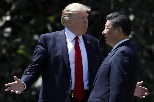 美國總統川普(左)11日宣布與中國大陸達成初步貿易協議。圖為川普2017年4月在佛州海湖莊園接待到訪的中國國家主席習近平。