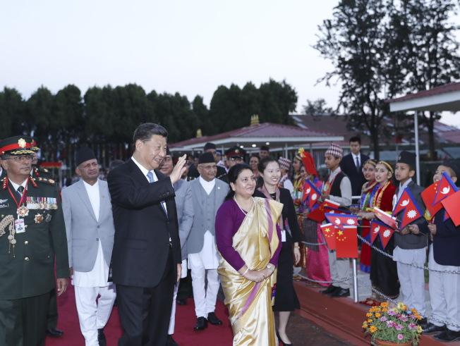 習近平12日結束訪印度行程,乘專機抵達加德滿都,尼泊爾總統班達里在機場為習近平舉行具有濃郁民族特色的歡迎儀式。(新華社)