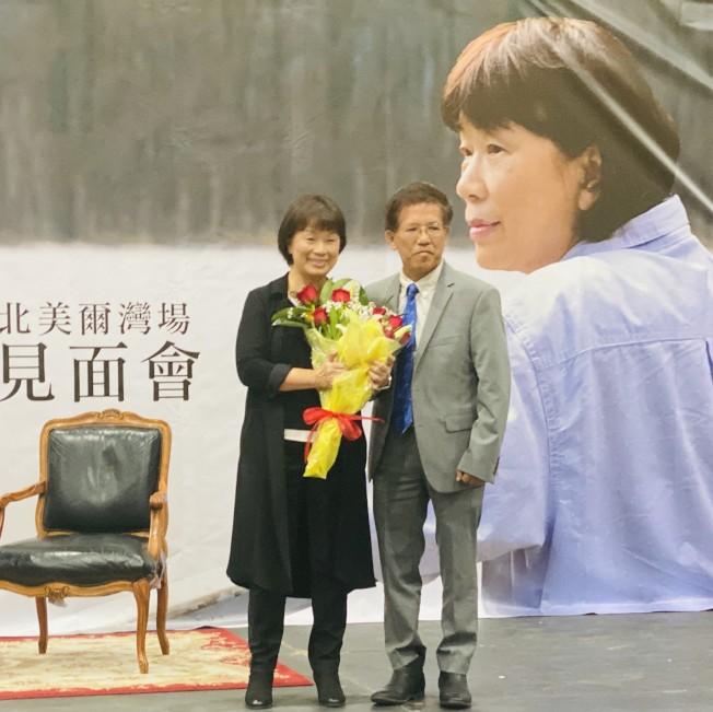 龍應台(左)接受南海岸中華文化中心會長陳景星獻花。(記者尚穎╱攝影)