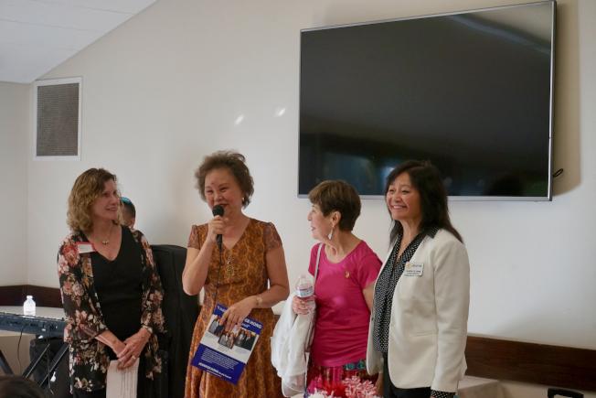 前喜瑞都副市長Diana Needham(左一)、市議員胡張燕燕(左二)對黃正芬(右一)參選喜瑞都市議員表示支持。(記者陳開╱攝影)