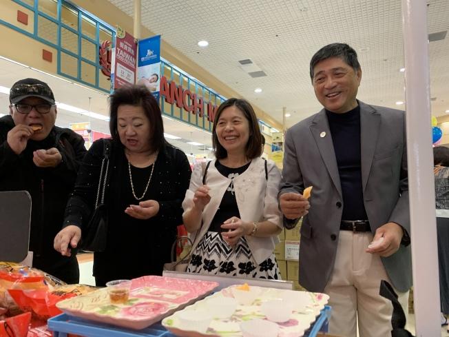 洛杉磯台灣貿易中心主任林鳳珠(右二)品嘗台灣美食。(記者王子銘/攝影)