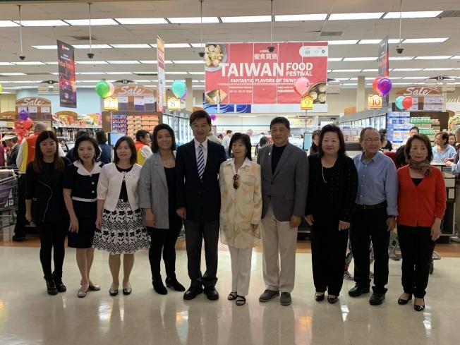 駐洛杉磯台北經濟文化辦事處處長朱文祥( 左五)參加開幕式。(記者王子銘/攝影)