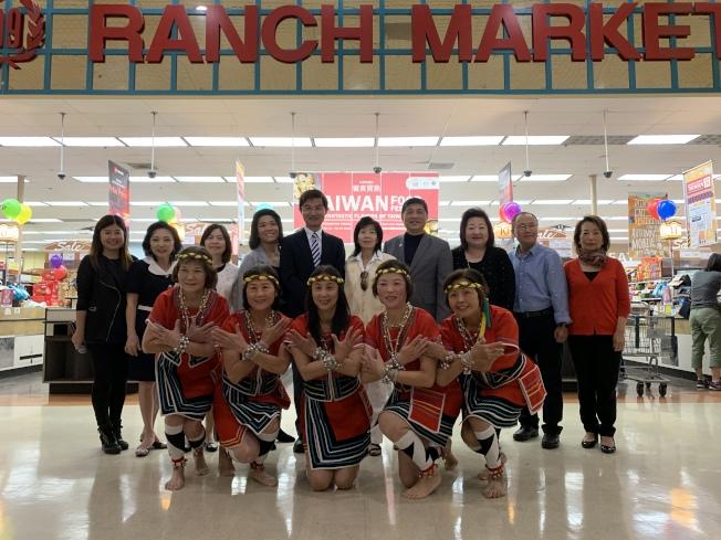 駐洛杉磯台北經濟文化辦事處處長朱文祥( 後排左五)參加開幕式   記者王子銘/攝影