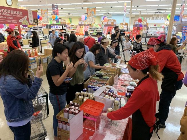 現場民衆試吃台灣美食。(記者王子銘/攝影)