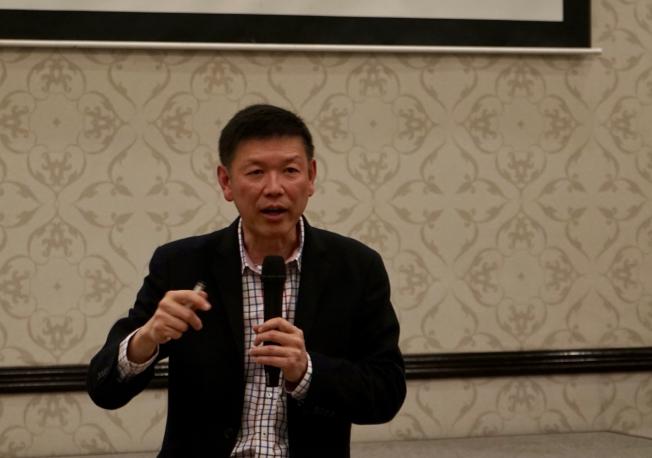 中心健保醫務主任蔣安邦分享醫療健保實用資訊。(記者陳開/攝影)