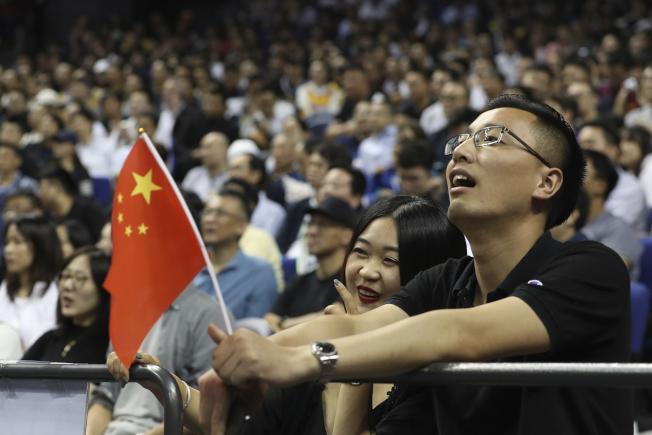 上海和深圳的NBA中國賽如期舉行,但場內外不少中國球迷紛紛持著五星旗。(美聯社)