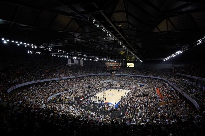 NBA在中國的第二場季前賽於深圳登場,吸引滿場球迷。(Getty Images)