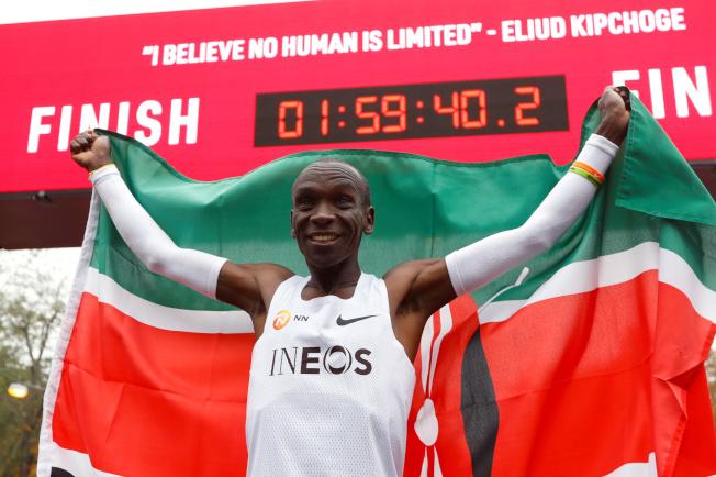 肯亞長跑運動員基普喬格12日在奧地利維也納的男子馬拉松賽事中,以1小時59分40秒完賽,成為第一位不到2小時跑完全馬的選手,成就堪比人類登月。(路透)