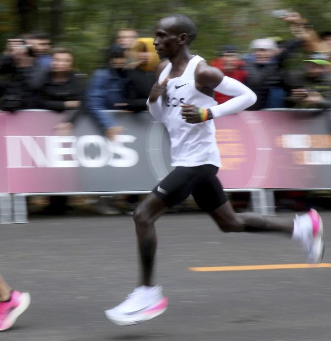 基普喬格以不到兩小時跑完全馬,成績驚人。圖為基普喬格跑步英姿。(美聯社)
