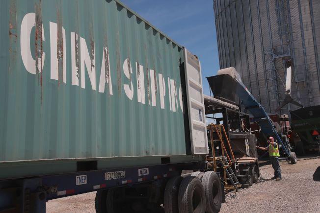 美中達成初步貿易協議,中國恢復向美採購大豆,圖為美國大豆正裝進貨櫃。(Getty Images)