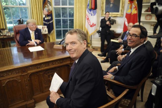 美中達成初步貿易協議後,美方主談的貿易代表賴海哲(前左)、財政部長米努勤在白宮都露出笑容。(美聯社)