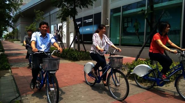 騎單車示意圖。(圖:高雄市環保局提供)